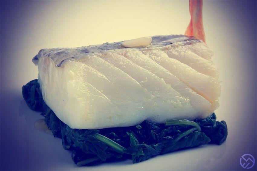 Receta de lomo de bacalao gratinado sobre espinacas y piñones