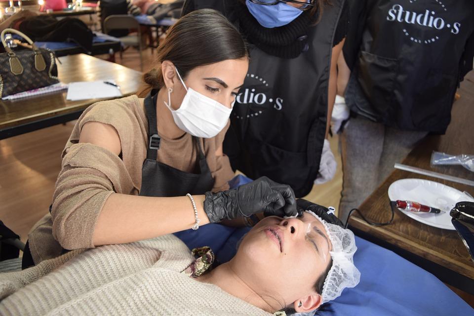 como se hace el tatuaje de cejas